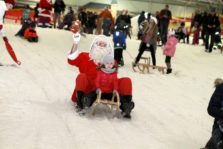 In der Skihalle: Weihnachtsmänner laden zur Schlittenfahrt in Senftenberg ein - Lausitzer Rundschau
