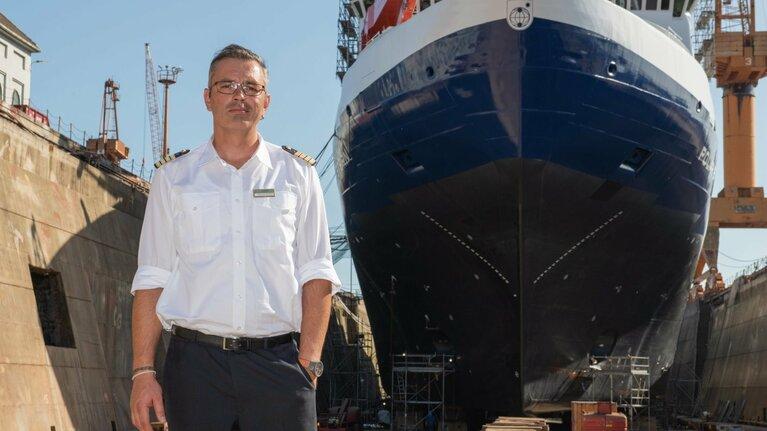Thomas Wunderlich und sein Schiff im Dock, Foto (c) Esther Horvath