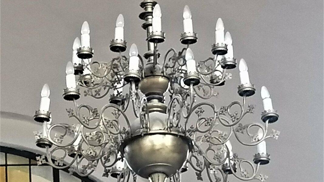 Die alten Kronleuchter werden durch eine moderne, dem Geschehen anpassbare Beleuchtung ersetzt.