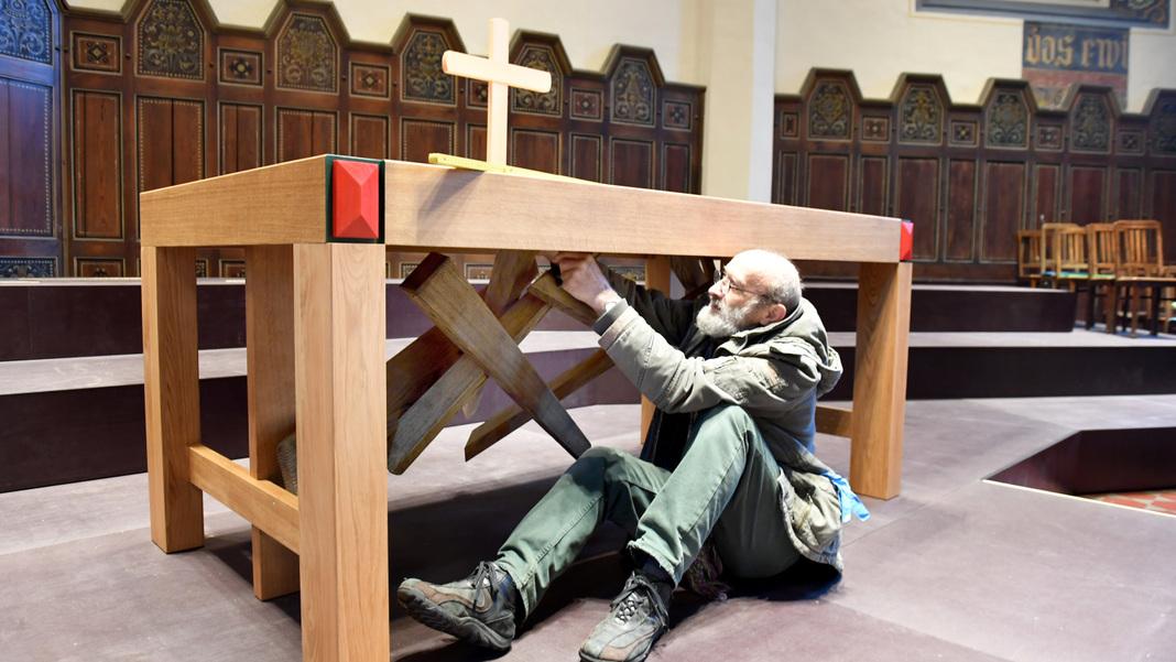 Tischlermeister und Orgelbauer Erwin Rohleder bei den letzten Arbeiten an seinem Altar.
