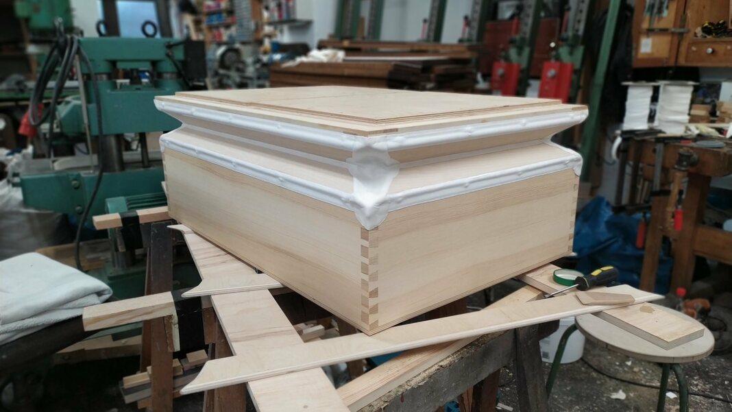 Das ist das Gesellenstück von Damian Schütze - ein Einfalten-Magazinbalg, aus Holz und Leder gefertigt.