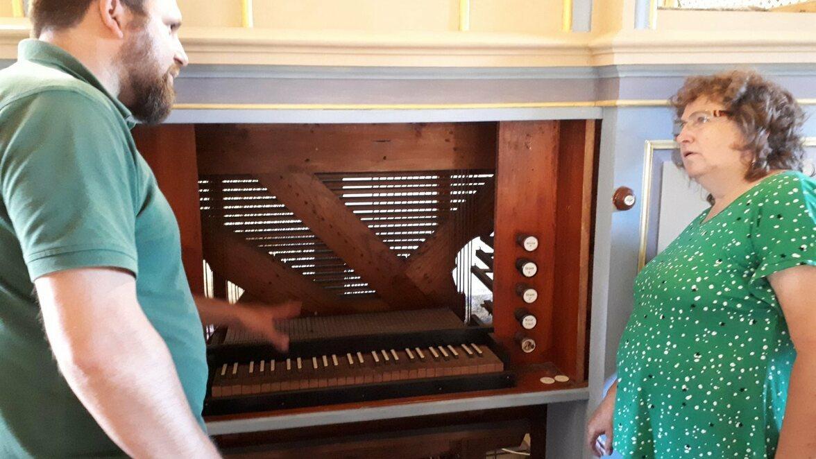 Die Kirche in Wiederau war in diesem Sommer ein großes Projekt im Kirchenkreis. Orgelbauer Axel Thomas hat Regina Marticke vom Wiederauer Gemeindekirchenrat  die Orgelsanierung erläutert.