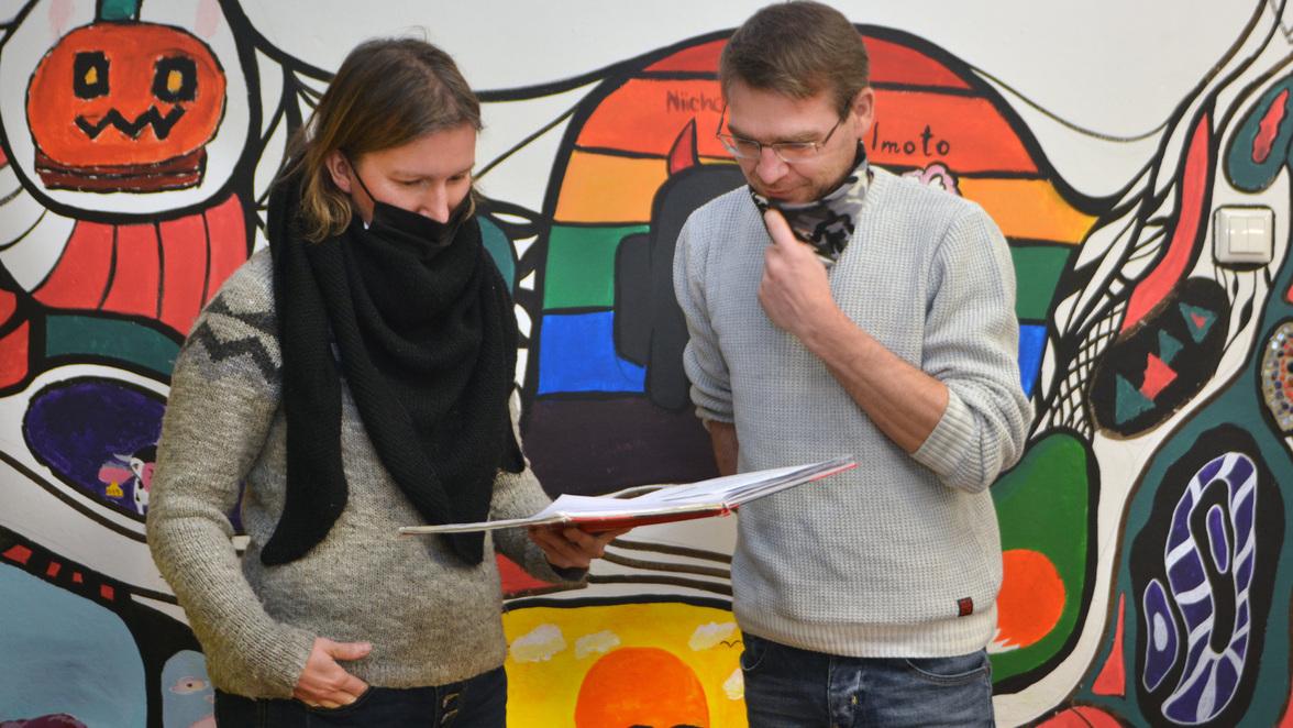 In einem Nebengebäude der Lilien-Grundschule Altdöbern leisten Juliane Wiegand und Rayk Albinus offene Treffpunktarbeit für Kinder und Jugendliche. © Foto: Uwe Hegewald