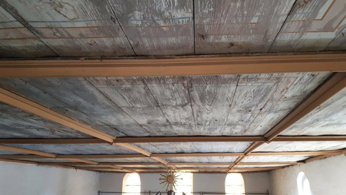 Mit der Deckensanierung hat in der Uebigauer Kirche der erste Bauabschnitt der umfassenden Erneuerung des Innenraums des Gotteshauses seinen Anfang genommen.