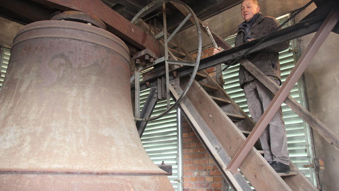 Michael Bregulla kümmert sich seit Jahrzehnten um die Wartung der Briesker Kirchenglocken. Hier muss sich die größte Glocke des Turm-Trios einer Behandlung unterziehen.